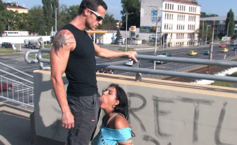 路上売春婦さん、逮捕覚悟で街中でフェラして小銭を稼ぐ光景。。(エロ画像)・9枚目