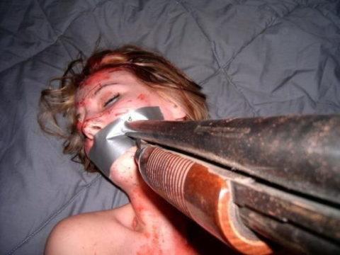 ガチのレイプ現場…拳銃で脅しす怖すぎる光景をご覧ください。。(29枚)・11枚目