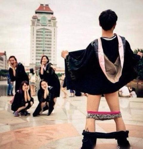 アジアの女子がふざけて記念撮影。海外に衝撃を与えてしまうwwwww(エロ画像)・3枚目