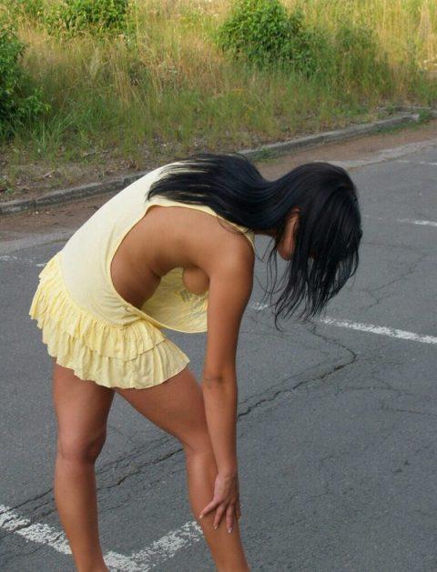 ノーブラ女子さん、ゆっるゆるタンクトップから乳首ポロッてるwwwwwww・11枚目