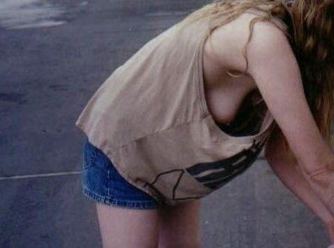 ノーブラ女子さん、ゆっるゆるタンクトップから乳首ポロッてるwwwwwww・5枚目