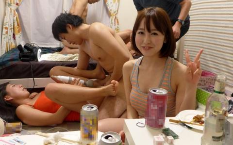 【エロ画像】自粛中で宅飲みするリア充はこうなりますwwwwww・8枚目