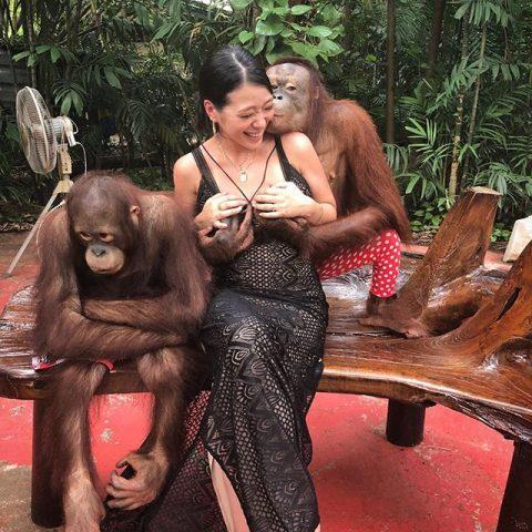 【エロ画像】無断で女の子のおっぱいを舐めても捕まらない方法がこちら。・2枚目