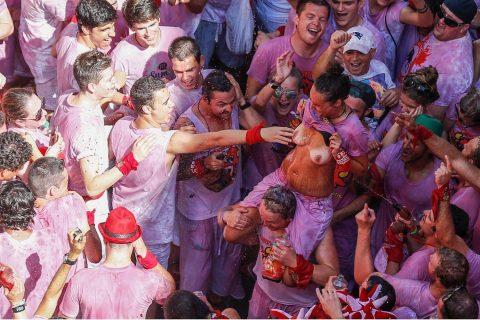 """【エロ画像】スペイン祭りとかいう""""おっぱい""""丸出しにしていいお祭りサイコーwwwww・1枚目"""