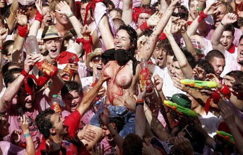 """【エロ画像】スペイン祭りとかいう""""おっぱい""""丸出しにしていいお祭りサイコーwwwww・10枚目"""