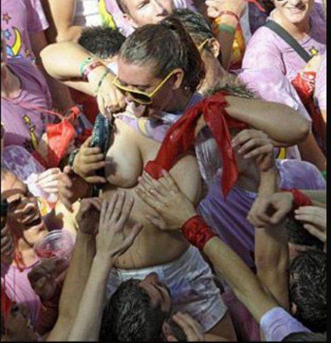 """【エロ画像】スペイン祭りとかいう""""おっぱい""""丸出しにしていいお祭りサイコーwwwww・11枚目"""