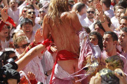 """【エロ画像】スペイン祭りとかいう""""おっぱい""""丸出しにしていいお祭りサイコーwwwww・12枚目"""