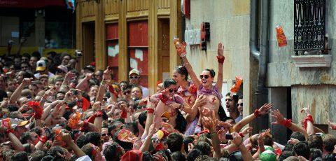"""【エロ画像】スペイン祭りとかいう""""おっぱい""""丸出しにしていいお祭りサイコーwwwww・14枚目"""