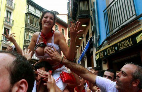 """【エロ画像】スペイン祭りとかいう""""おっぱい""""丸出しにしていいお祭りサイコーwwwww・15枚目"""