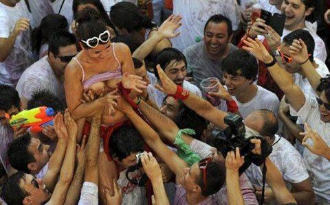 """【エロ画像】スペイン祭りとかいう""""おっぱい""""丸出しにしていいお祭りサイコーwwwww・16枚目"""