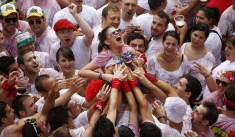 """【エロ画像】スペイン祭りとかいう""""おっぱい""""丸出しにしていいお祭りサイコーwwwww・19枚目"""