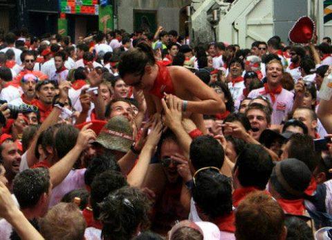 """【エロ画像】スペイン祭りとかいう""""おっぱい""""丸出しにしていいお祭りサイコーwwwww・21枚目"""