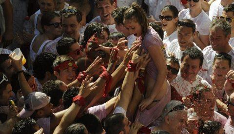 """【エロ画像】スペイン祭りとかいう""""おっぱい""""丸出しにしていいお祭りサイコーwwwww・22枚目"""