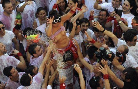 """【エロ画像】スペイン祭りとかいう""""おっぱい""""丸出しにしていいお祭りサイコーwwwww・23枚目"""