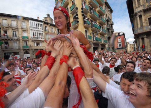 """【エロ画像】スペイン祭りとかいう""""おっぱい""""丸出しにしていいお祭りサイコーwwwww・24枚目"""