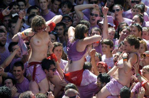 """【エロ画像】スペイン祭りとかいう""""おっぱい""""丸出しにしていいお祭りサイコーwwwww・26枚目"""