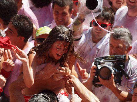 """【エロ画像】スペイン祭りとかいう""""おっぱい""""丸出しにしていいお祭りサイコーwwwww・29枚目"""