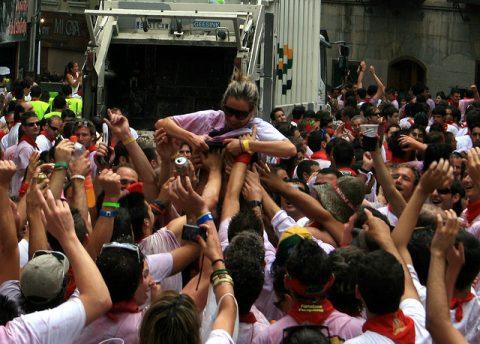 """【エロ画像】スペイン祭りとかいう""""おっぱい""""丸出しにしていいお祭りサイコーwwwww・32枚目"""