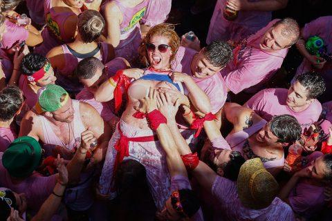 """【エロ画像】スペイン祭りとかいう""""おっぱい""""丸出しにしていいお祭りサイコーwwwww・35枚目"""