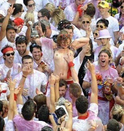 """【エロ画像】スペイン祭りとかいう""""おっぱい""""丸出しにしていいお祭りサイコーwwwww・36枚目"""