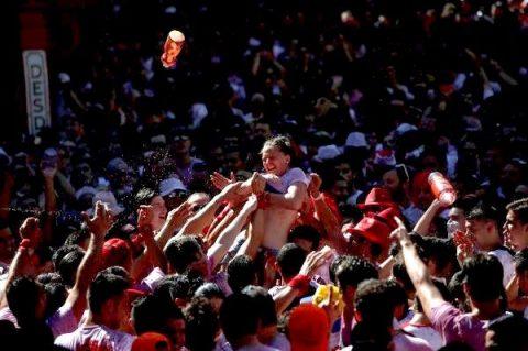 """【エロ画像】スペイン祭りとかいう""""おっぱい""""丸出しにしていいお祭りサイコーwwwww・4枚目"""