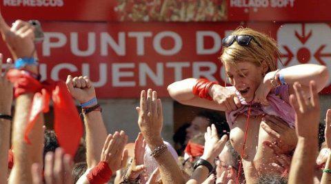 """【エロ画像】スペイン祭りとかいう""""おっぱい""""丸出しにしていいお祭りサイコーwwwww・5枚目"""