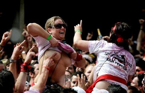 """【エロ画像】スペイン祭りとかいう""""おっぱい""""丸出しにしていいお祭りサイコーwwwww・8枚目"""