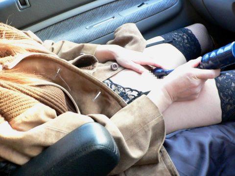 ビッチ女さん、渋滞中の車内でとんでない行動に出る。。(エロ画像)・18枚目