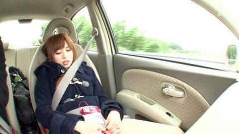ビッチ女さん、渋滞中の車内でとんでない行動に出る。。(エロ画像)・2枚目