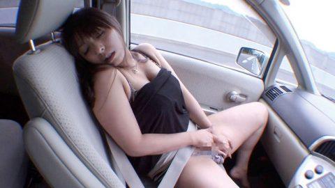ビッチ女さん、渋滞中の車内でとんでない行動に出る。。(エロ画像)・20枚目