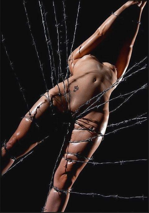 【究極調教】有刺鉄線やホッチキスで固定された女たち・・・・・17枚目