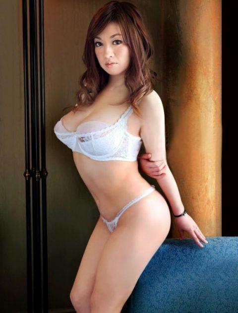 【熟女】「大人の魅力を見せてあげるわ!」って下着姿で誘惑する美魔女・5枚目