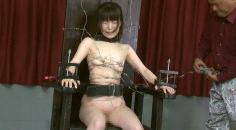 【究極調教】有刺鉄線やホッチキスで固定された女たち・・・・・8枚目