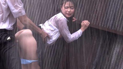レイプ被害に遭った女の子…雨の中ヤラれるのはキツいやろなぁ。(エロ画像)・14枚目