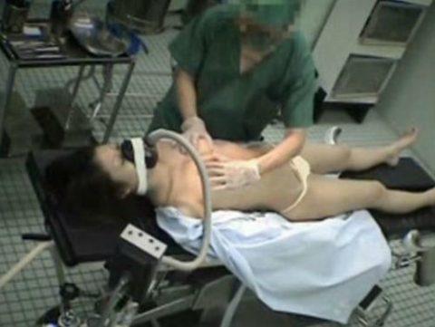 【エロ画像】手術中の女さん、医者にエロい事される…この光景は草wwwwww・21枚目