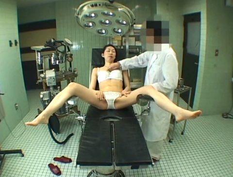 【エロ画像】手術中の女さん、医者にエロい事される…この光景は草wwwwww・22枚目