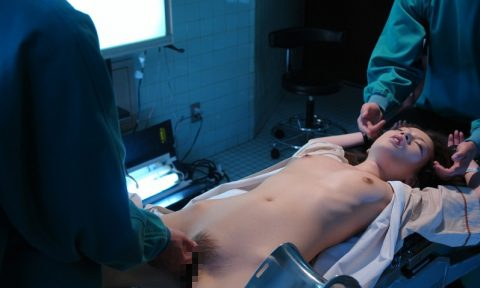 【エロ画像】手術中の女さん、医者にエロい事される…この光景は草wwwwww・3枚目