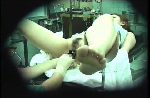 【エロ画像】手術中の女さん、医者にエロい事される…この光景は草wwwwww・31枚目