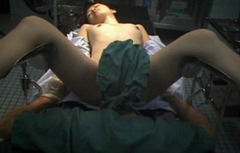 【エロ画像】手術中の女さん、医者にエロい事される…この光景は草wwwwww・9枚目
