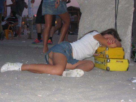 【泥酔】ベロベロな素人まんさんが知らぬ間に撮られた写真wwwwww・18枚目
