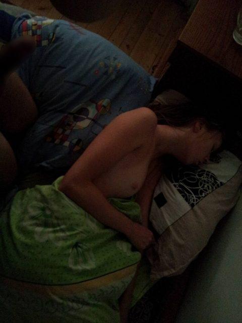 素人のおっぱい丸出し女さん、寝てる間に撮影されてしまうwwwwww(40枚)・20枚目