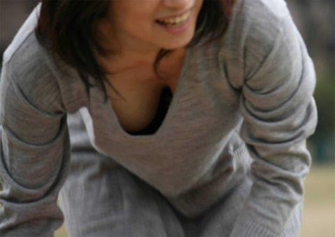 【素人 胸チラ】おっぱい半分出てる素人さんを撮影しましたwwwwww・8枚目