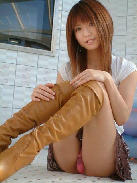 【体操座り】美脚女子が座り方がこちらです。。足フェチ悶絶やなwwwww・2枚目