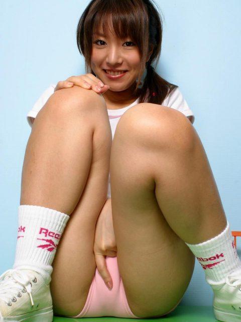 【体操座り】美脚女子が座り方がこちらです。。足フェチ悶絶やなwwwww・27枚目
