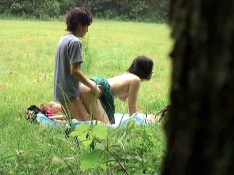 【青姦】金無しバカップル外でヤッてしっかり撮影されるwwwww(57枚)・25枚目