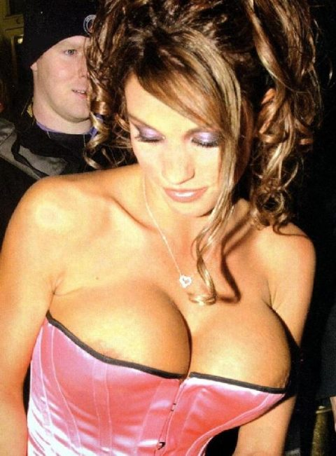 【ポロリハプニング】乳首がハッキリ見えた女性たちの決定的瞬間(142枚)・90枚目