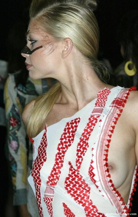 【ポロリハプニング】乳首がハッキリ見えた女性たちの決定的瞬間(142枚)・105枚目