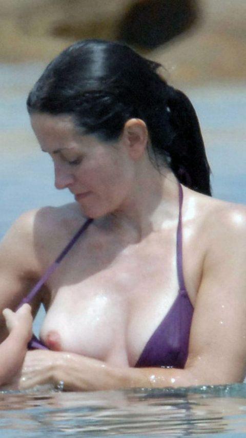 【ポロリハプニング】乳首がハッキリ見えた女性たちの決定的瞬間(142枚)・69枚目