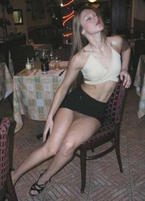 【街撮り】ノーパンのくせにこの格好で座ってるとか頭おかしいだろwwwwwwwwwww(画像あり)・4枚目