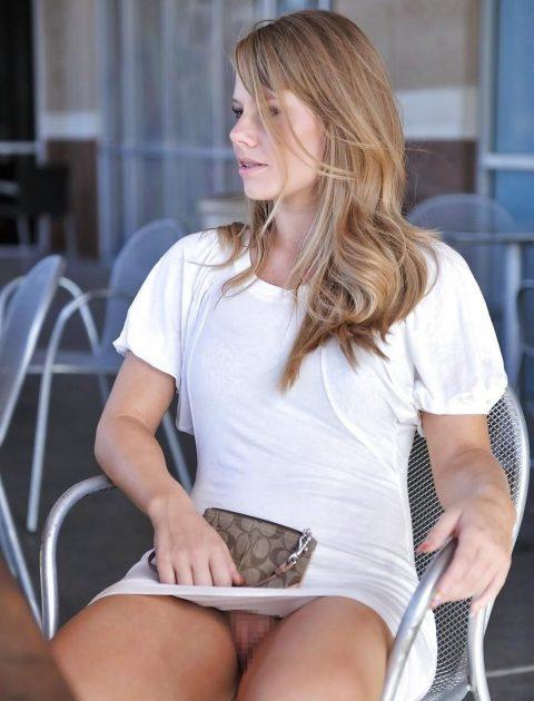 【街撮り】ノーパンのくせにこの格好で座ってるとか頭おかしいだろwwwwwwwwwww(画像あり)・17枚目
